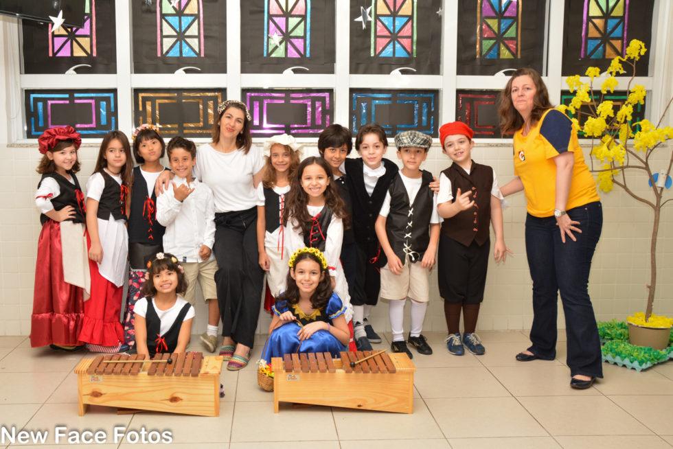 """""""Read for the Record"""" alunos participam da campanha mundial com leitura em inglês"""