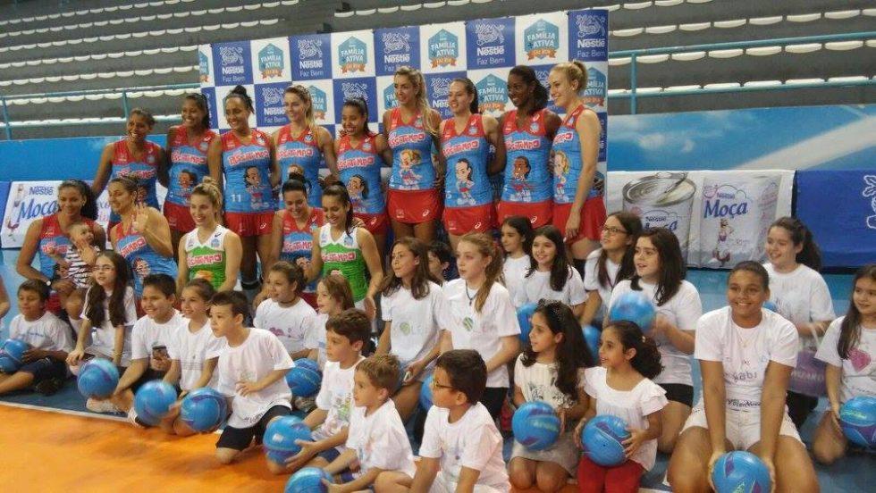 """Alunos visitam o treino de Voleibol Feminino """"Molico"""" na Semana da Criança"""