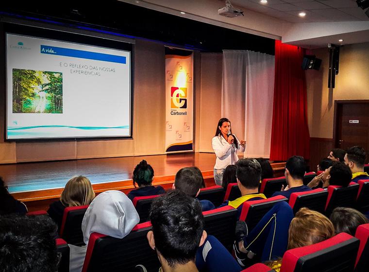 Alunos do Colégio Carbonell recebem palestrante Cintia Kliman