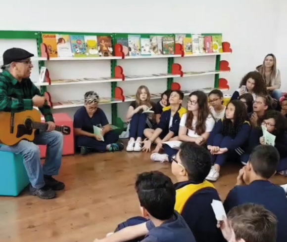 Alunos do Ensino Fundamental recebem visita do cordelista Costa Senna