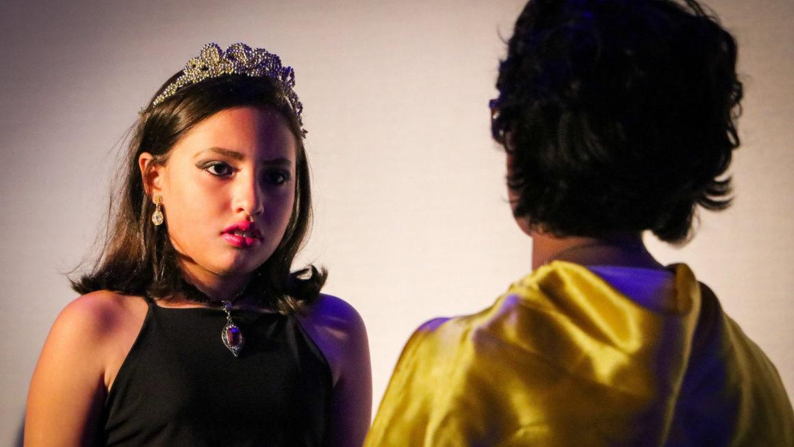 Jovens atores do Clube do Teatro encantam auditório lotado em aula aberta ao público