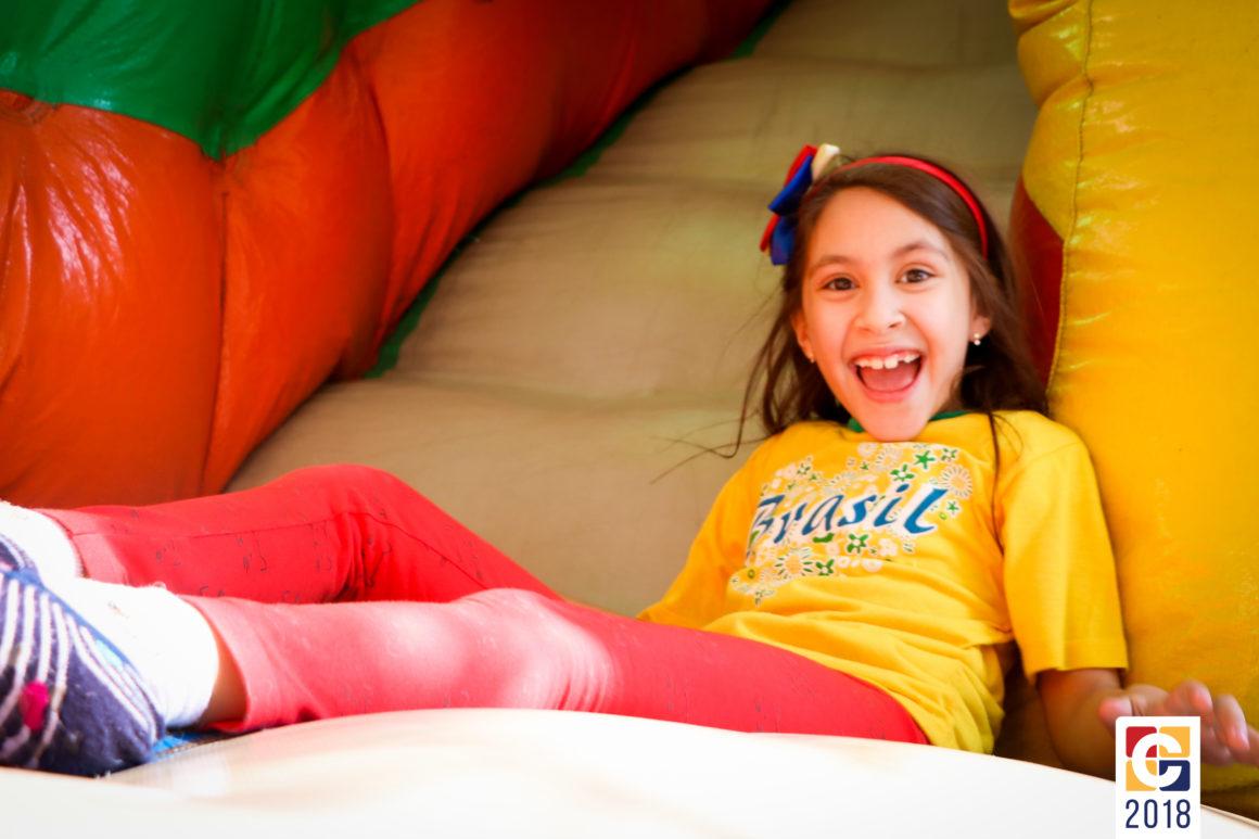 Curso de Férias: crianças curtem brinquedo inflável e uma experiência na cozinha
