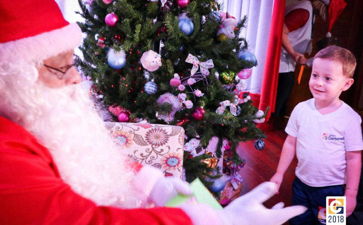 Em dia muito especial, nossas crianças da Educação Infantil receberam a ilustre visita do Papai Noel