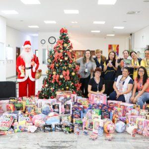 Natal Solidário: Colégio Carbonell e suas famílias doam mais de 150 brinquedos novos à Oncoamigo