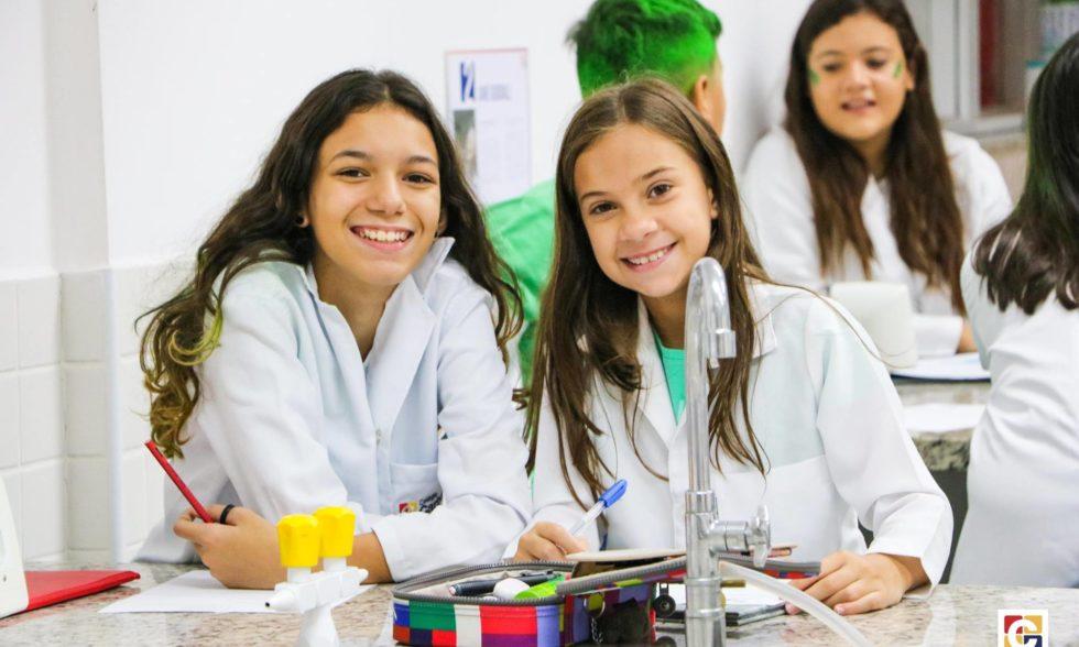 Química + Educação Física: jovens do Ensino Fundamental curtem experiência interdisciplinar em laboratório; veja fotos