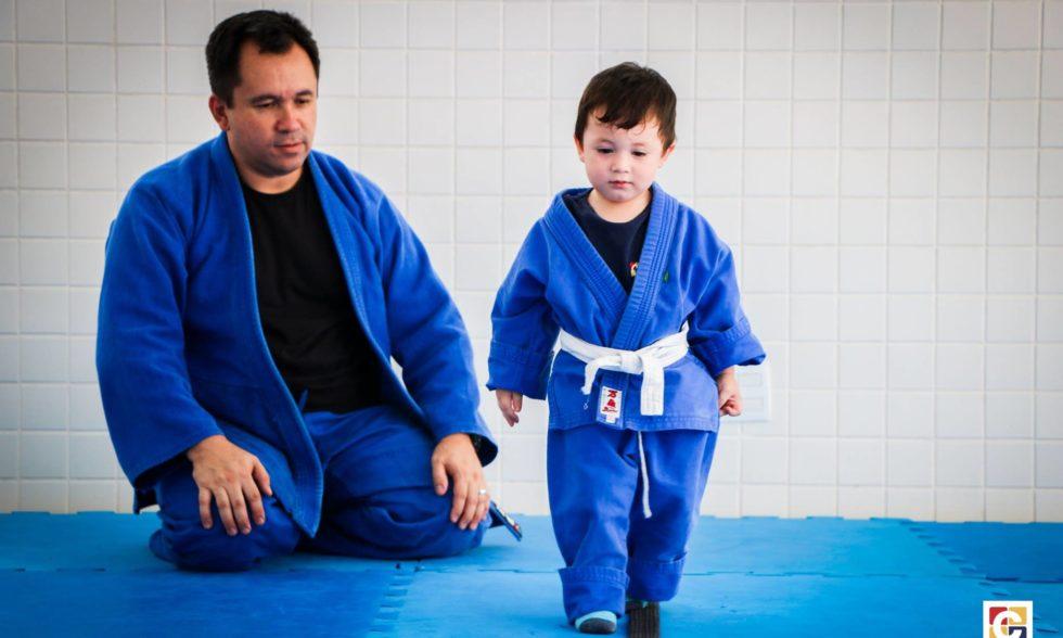 Crianças do Clube do Judô exercitam habilidades de força e equilíbrio em aula cheia de aprendizado