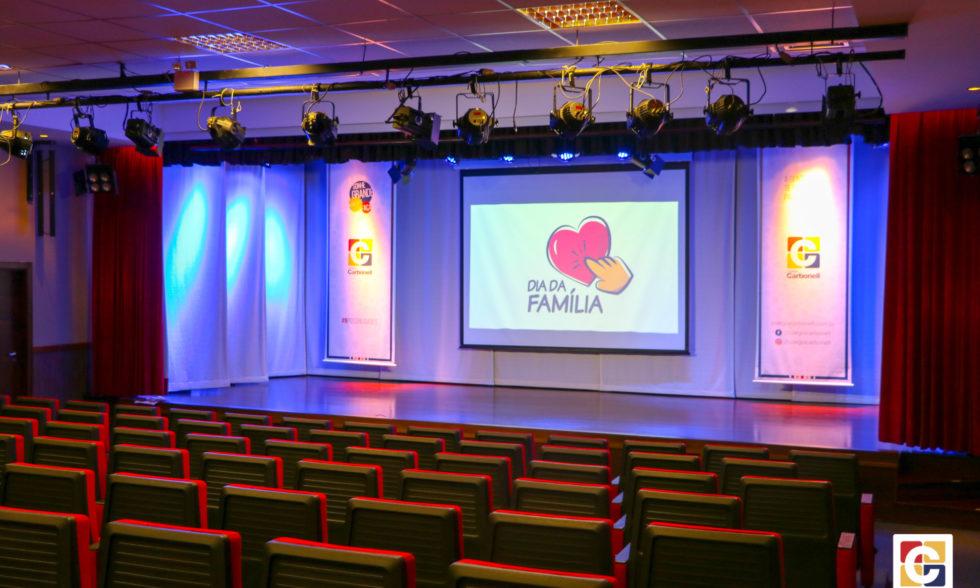 No Teatro Oswaldo Mazoni, centenas de pais, familiares e amigos participam de mais uma edição do Dia da Família