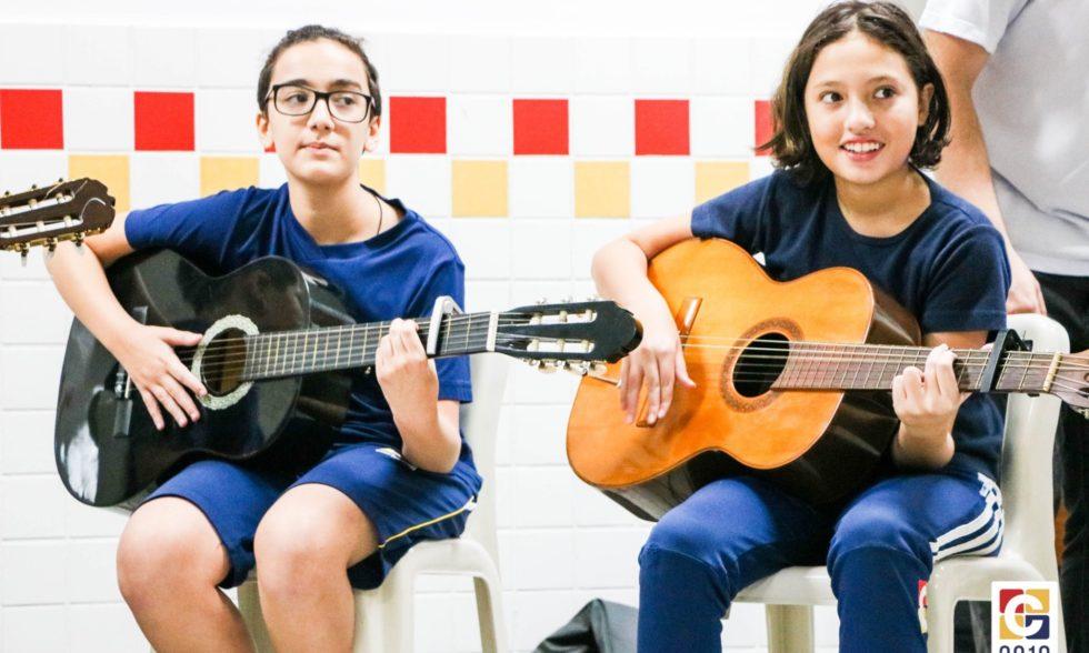 Clube de Violão: Alunos apresentam canções ensaiadas com o Professor Rafael Monteiro