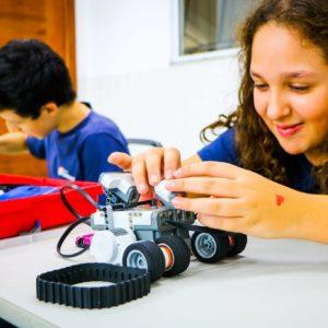 Clube de Robótica: no Carbonell, jovens estudantes constroem robôs e são estimulados na área tecnológica desde cedo
