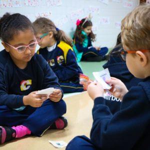 Crianças da Educação Infantil usam atividade com jogo de memória para aprender sobre diferenças