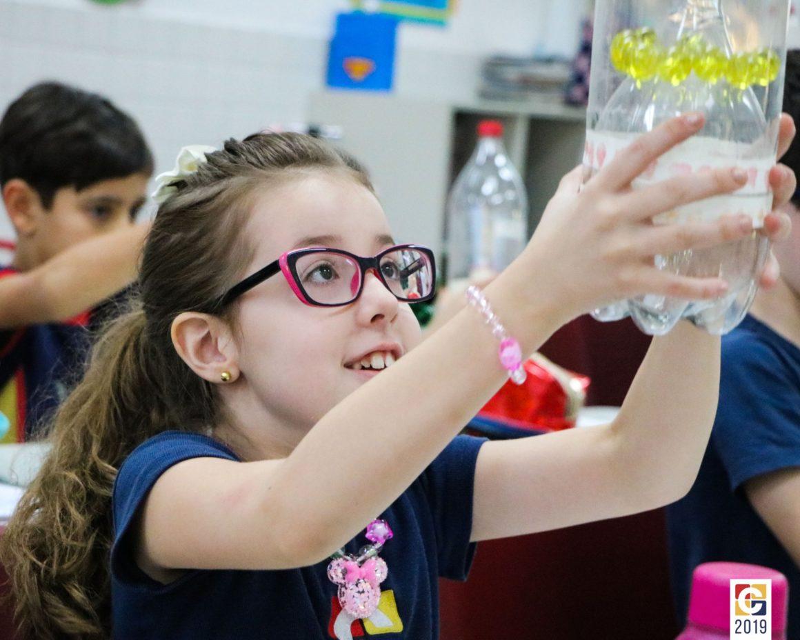 Em aula divertida, estudantes do Ensino Fundamental 1 aprendem matemática por meio de jogos