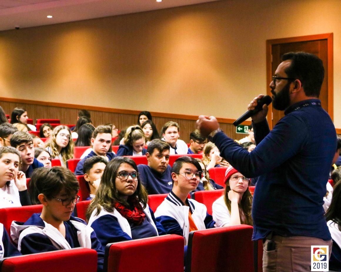 Alunos recebem Stefano Monteiro, consultor pedagógico do SAS, para uma conversa sobre estudos