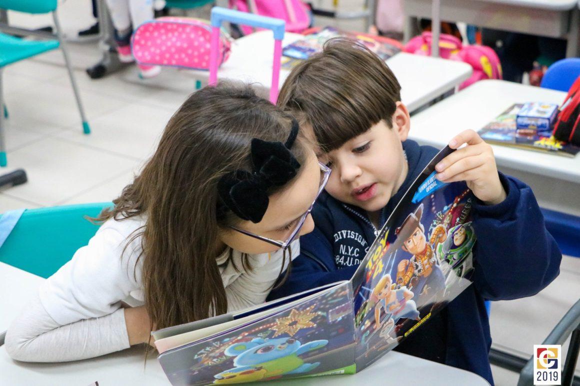 Brincando, crianças do Ensino Fundamental colam figurinhas e aprendem sobre números e amizade
