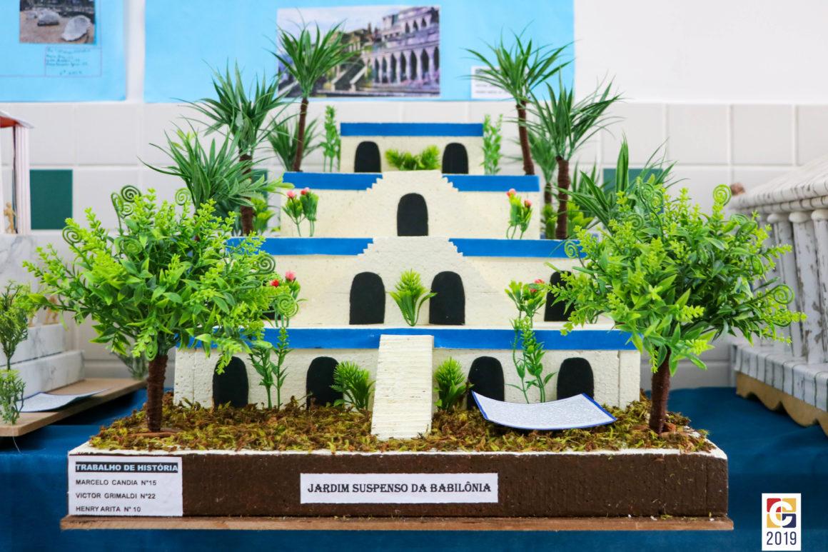 Exposição de maquetes de alunos do Ensino Fundamental 2 conta a história das Sete Maravilhas do Mundo Antigo