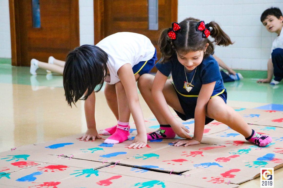 Aprender brincando: bolinha de gude, futebol, mãozinhas com tinta, boliche com garrafinhas PET e muito mais!
