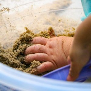 Mão na areia e muitas descobertas: atividade da Educação Infantil promove a exploração de sensações através do tato