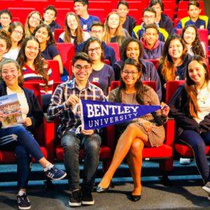 Representante da Bentley University realiza palestra com alunos interessados em estudar no exterior