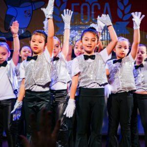 XI FOCA: em homenagem a Michael Jackson, crianças apresentam números de dança e ginástica no palco do Carbonell