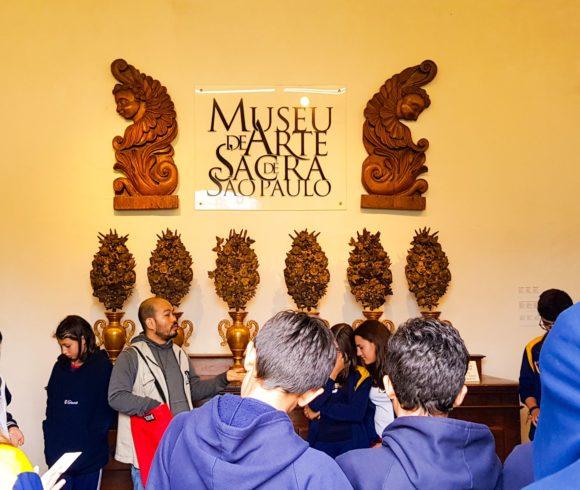 Num passeio pela história da cidade de São Paulo, alunos visitam Museu de Arte Sacra e Pateo do Collegio
