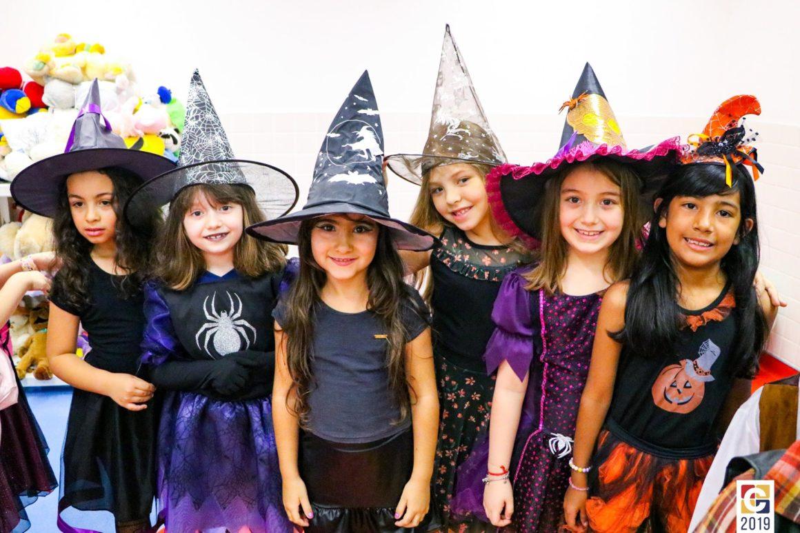 Trick or Treat? Linda apresentação das crianças e professoras de 1º ano celebram a chegada do Halloween