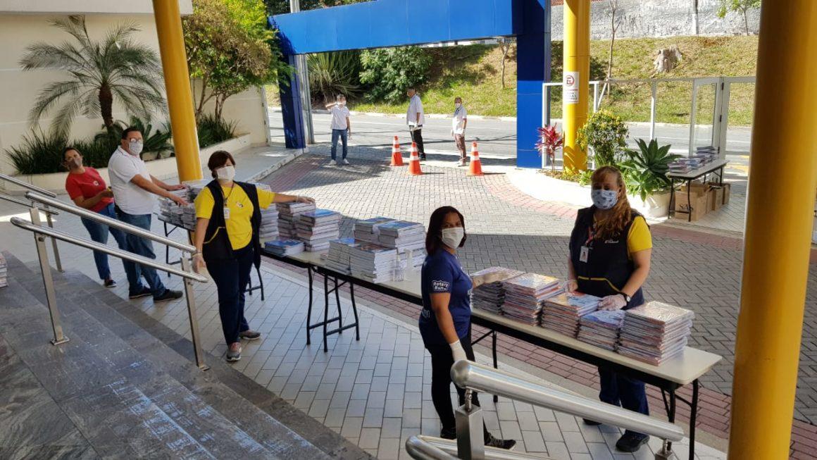 Em sistema drive-thru, Equipe Carbonell reencontra famílias com segurança para entrega de materiais didáticos