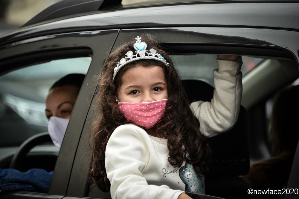 """Drive-In """"Era Uma Vez"""": em carros estacionados, famílias curtem espetáculo inusitado da Educação Infantil"""