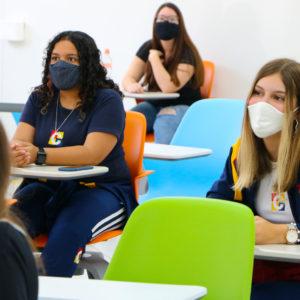 Em atividade presencial na Semana do Acolhimento, alunos curtem o prédio do Ensino Médio pela primeira vez.