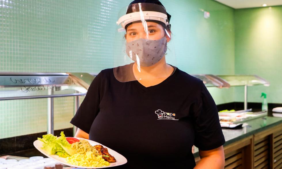 Em segurança, restaurante PapaMenu reabre as portas no Colégio Carbonell para colaboradores e alunos.