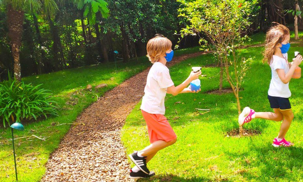 Movimento e Expressão: crianças visitaram bosque sensorial para um pega-pega diferente e multicolorido.